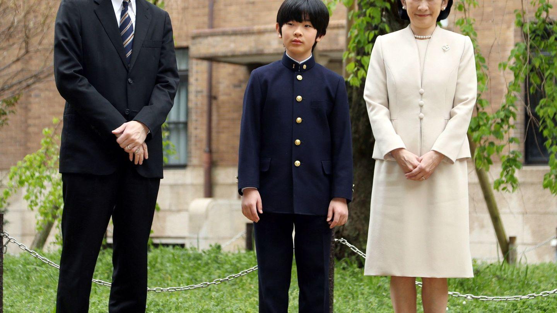 El príncipe Hisahito de Japón junto a sus padres, el príncipe Akishino y la princesa Kiko, en una imagen de archivo. (EFE)