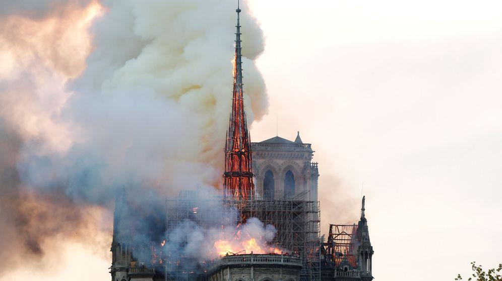 Foto: La famosa aguja de Notre Dame, consumida por las llamas. (reuters)