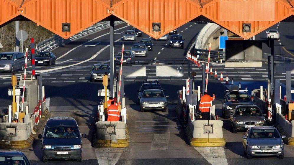 Foto: Vista del peaje de la autopista AP-7 a la altura de Tarragona con las barreras levantadas durante una huelga. (EFE)