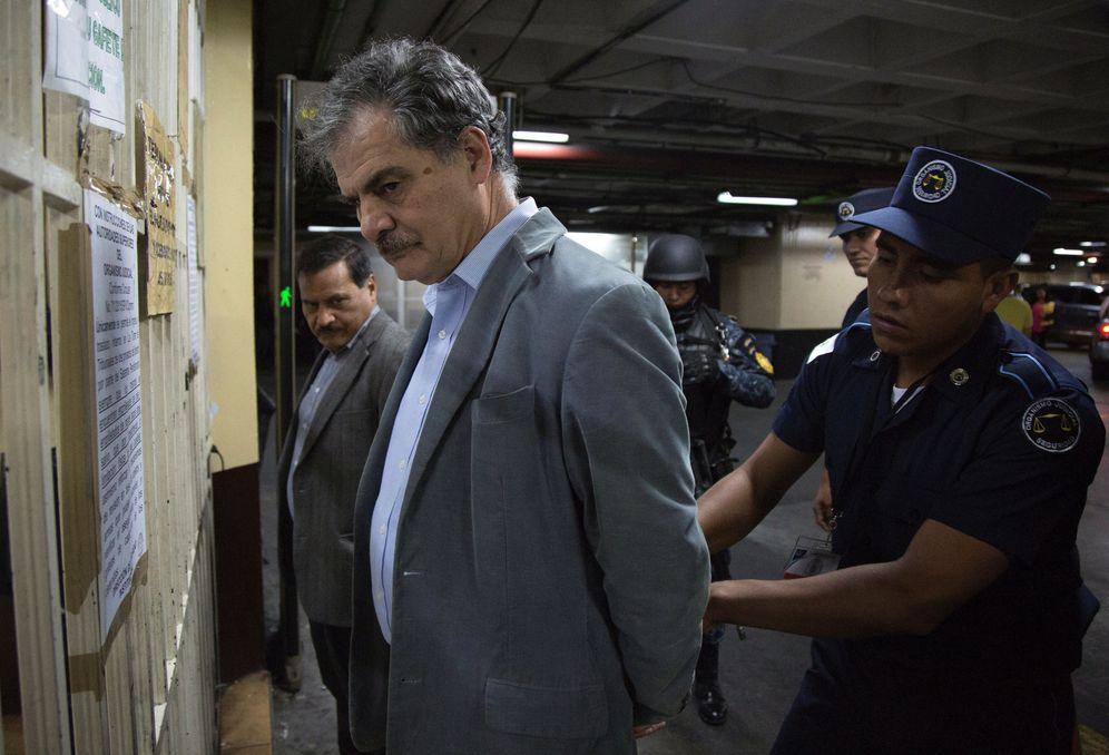 Foto: El presidente de Oxfam, Juan Alberto Fuentes, en una comisaría de policía tras su detención en Guatemala. (Reuters)