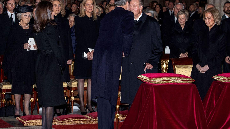 El rey Felipe saluda a su padre en el funeral de la infanta Pilar. (EFE)
