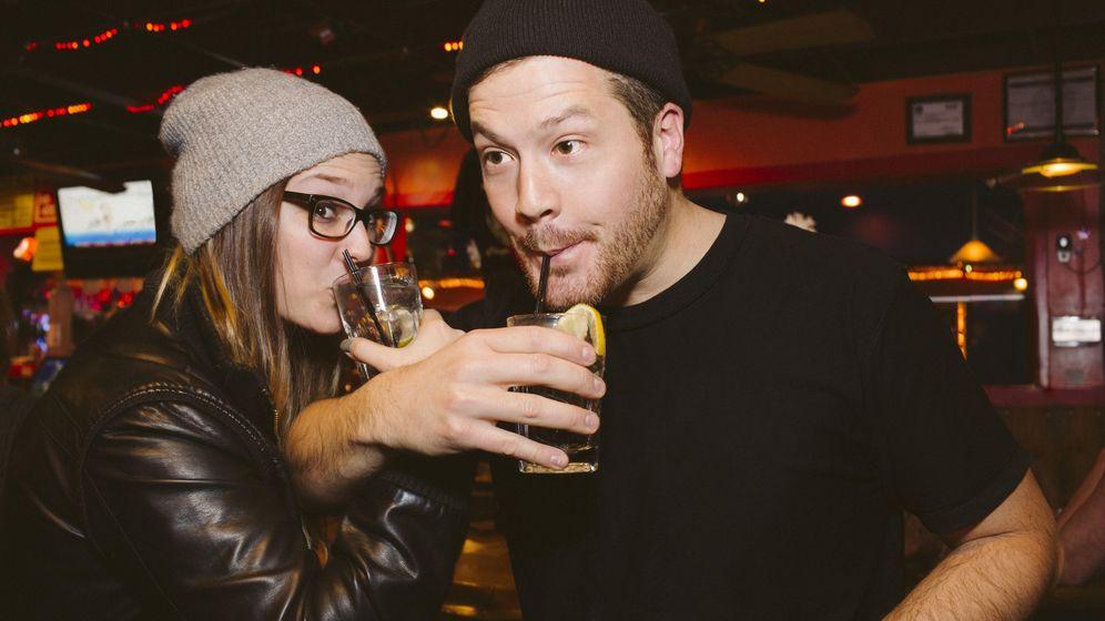 Foto: En el momento en que entrecruzas los brazos para tomar tu copa es que ya has bebido demasiado. (Corbis)