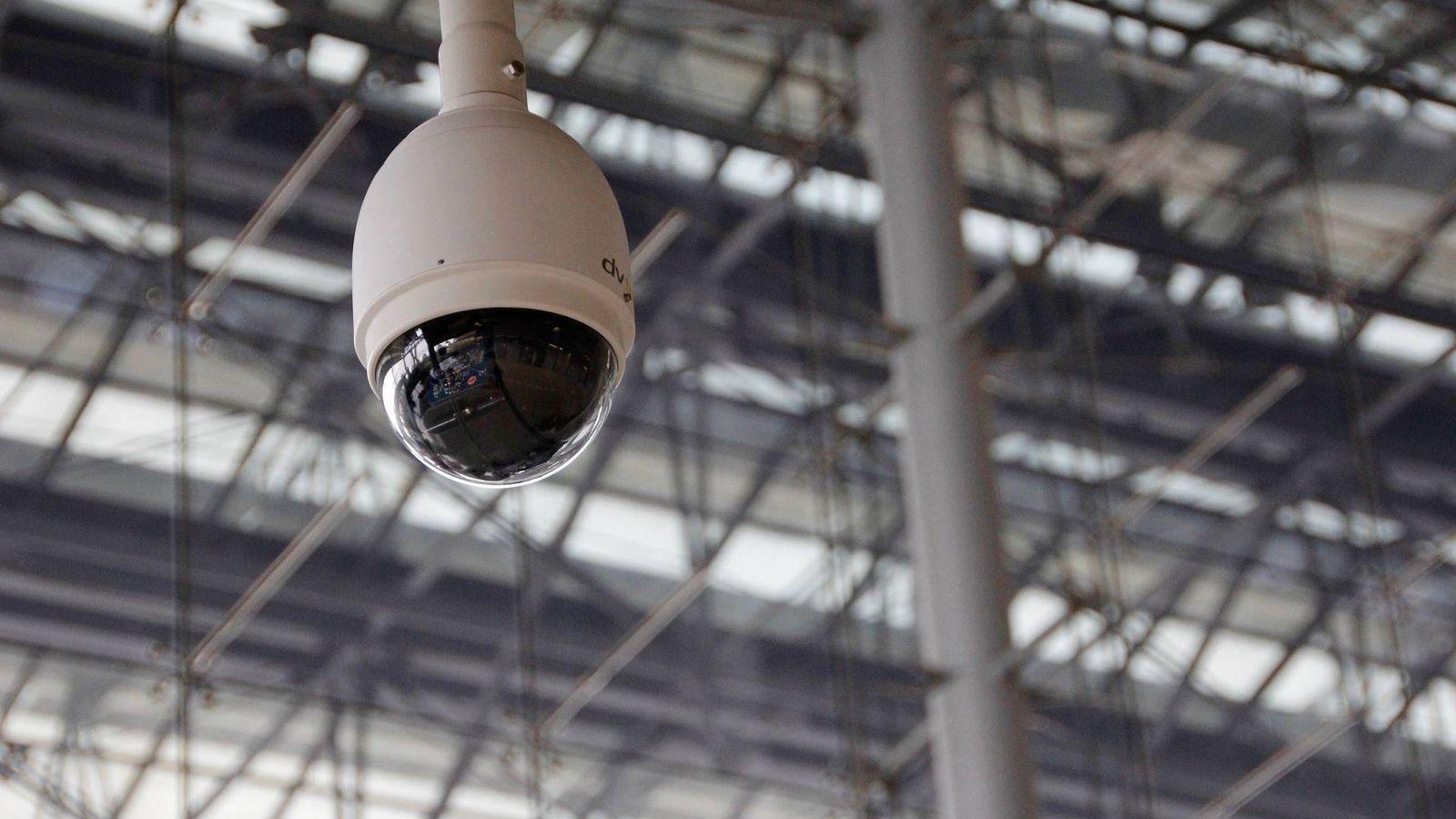Foto: La ironía de que alguien use tu cámara de seguridad para vigilarte. Pero puedes evitarlo. (Imagen: Pixabay)