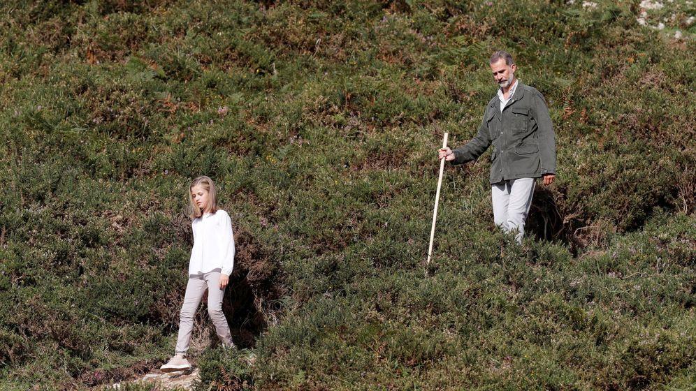 Foto: El Rey junto a la princesa Leonor en el Parque Nacional de la Montaña de Covadonga. (EFE)