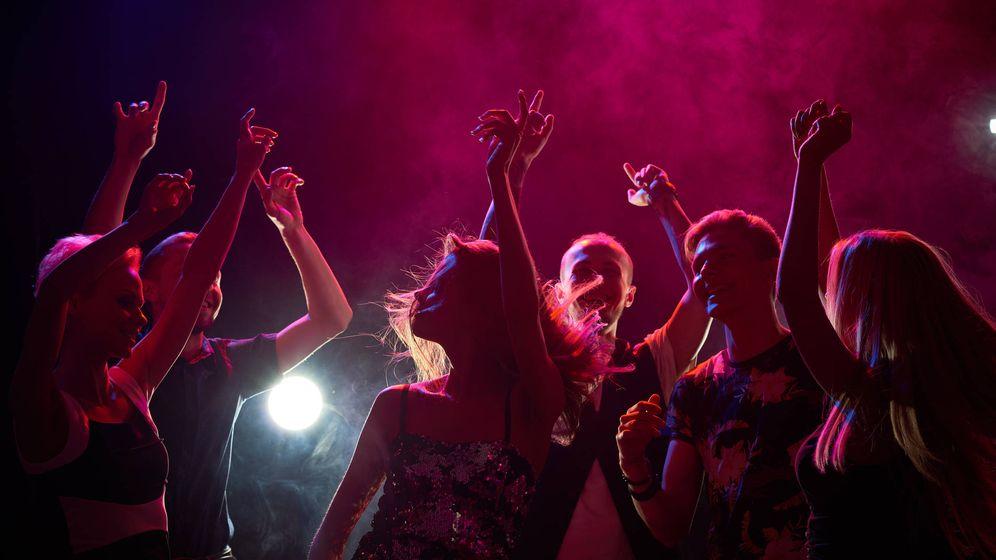 Foto: Un grupo de personas se divierte en una discoteca. (iStock)