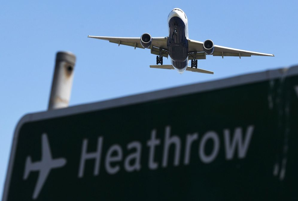 Foto: Un avión sobrevuela un cartel mientras se prepara para aterrizar en el Aeropuerto de Heathrow, en Hounslow, Reino Unido. (EFE)