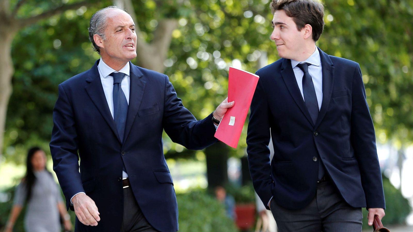 Foto: Francisco Camps (i), a su llegada a la Ciudad de la Justicia de Valencia. (EFE)