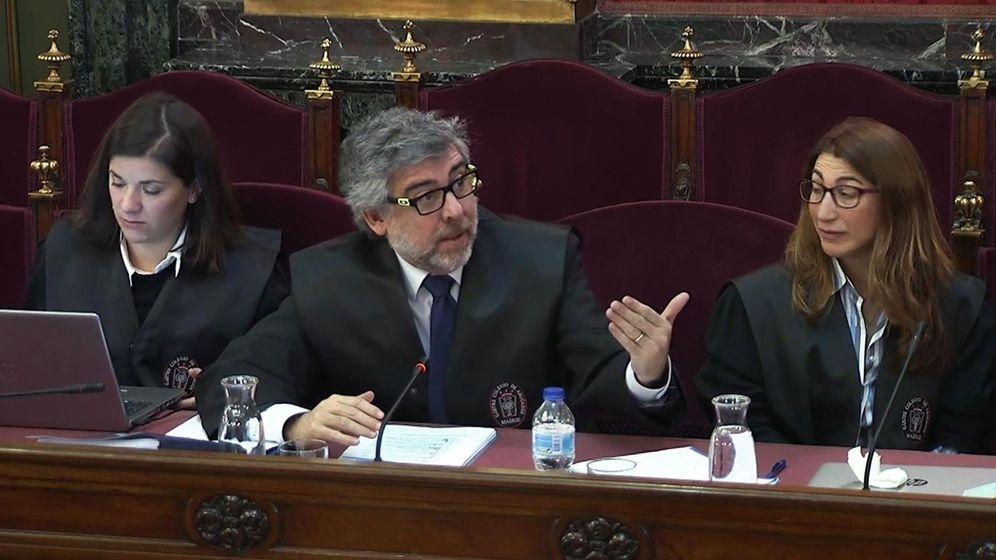 Foto: Los abogados Jordi Pina y Judit Gené, durante la tercera jornada del juicio del 'procés'. (EFE)