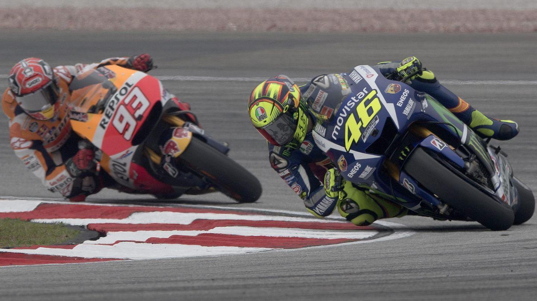 Rossi y Márquez, mano a mano en el Gran Premio de Malasia del 2015. (EFE)