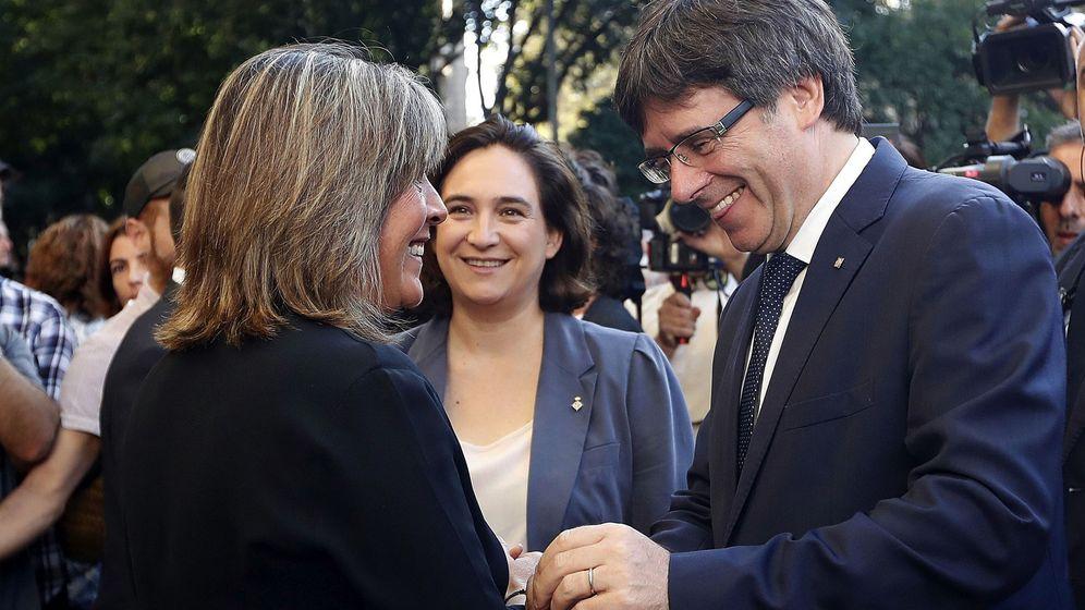 Foto: Carles Puigdemont, junto a las alcaldesas de Barcelona, Ada Colau (c),y L'Hospitalet de Llobregat, Núria Marín. (EFE)