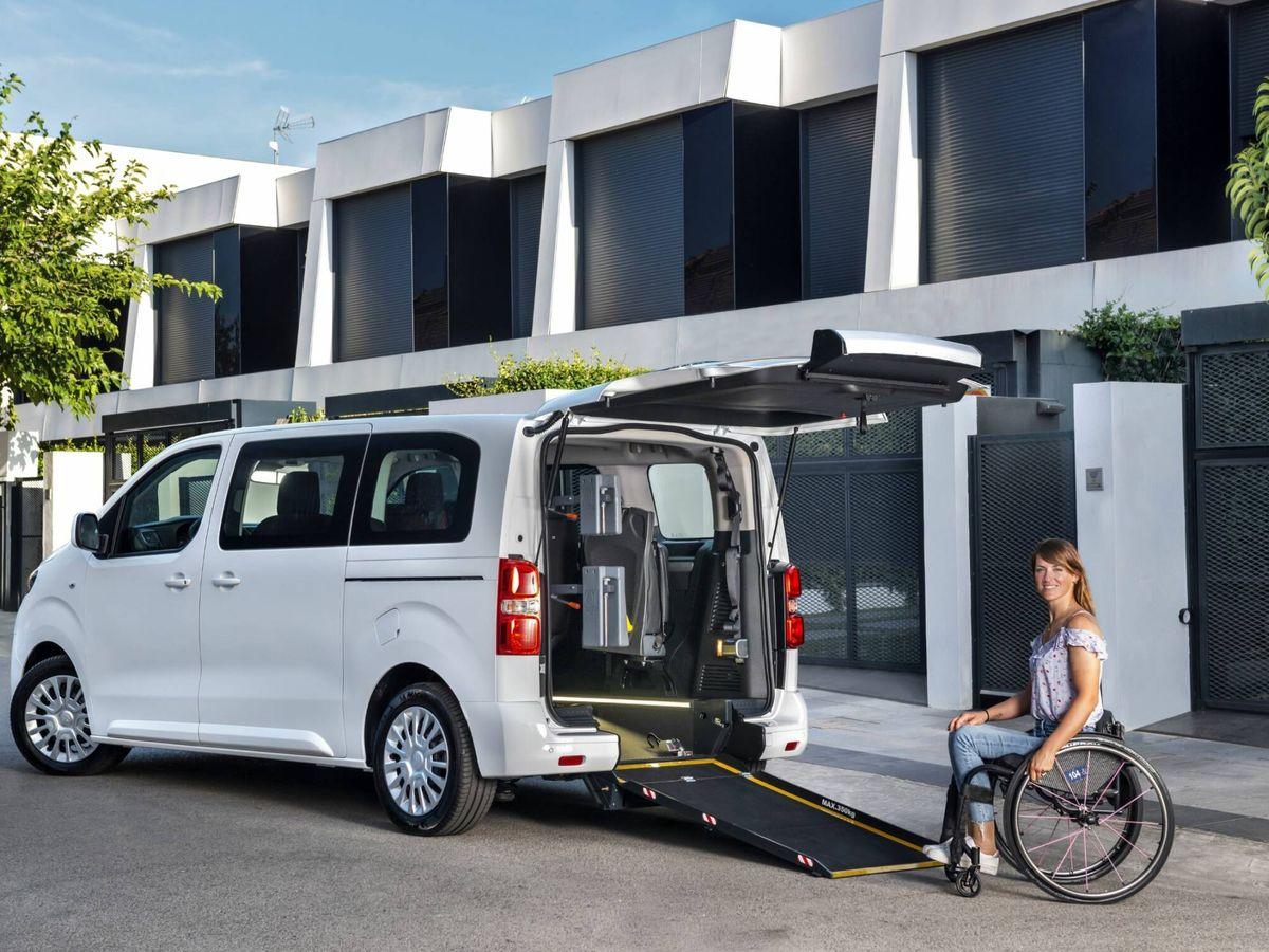 Foto: La Toyota Proace TPMR cuenta con suelo rebajado, rampa de acceso posterior y anclajes para la sujeción del pasajero de la silla de ruedas.
