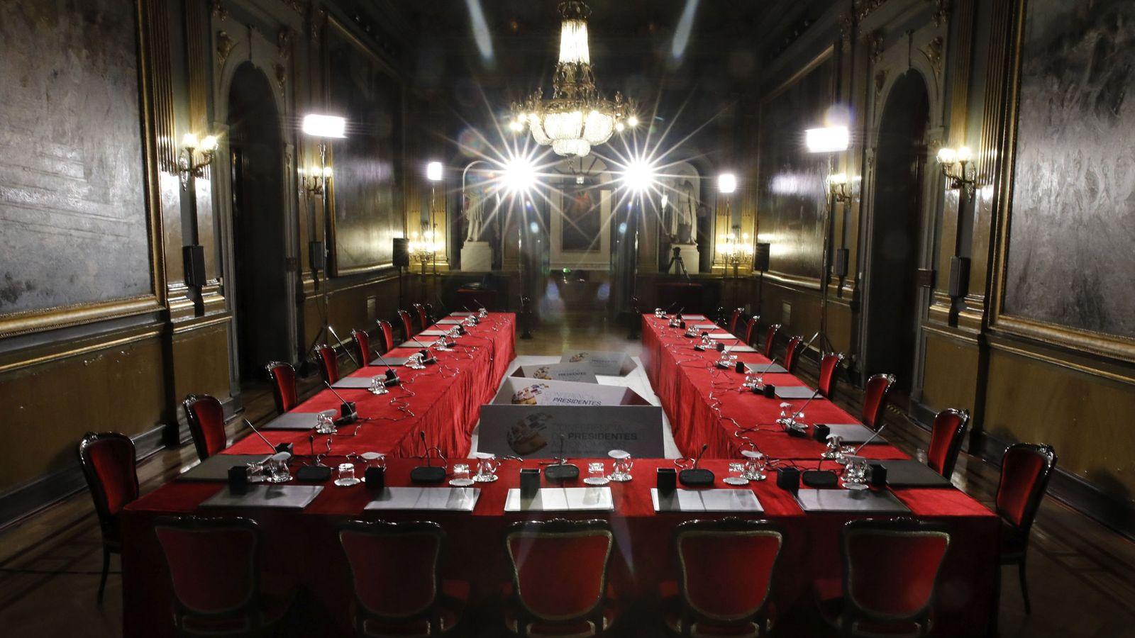 Foto: Preparativos de la VI Conferencia de Presidentes regionales, que se celebra hoy en el Senado. (EFE)