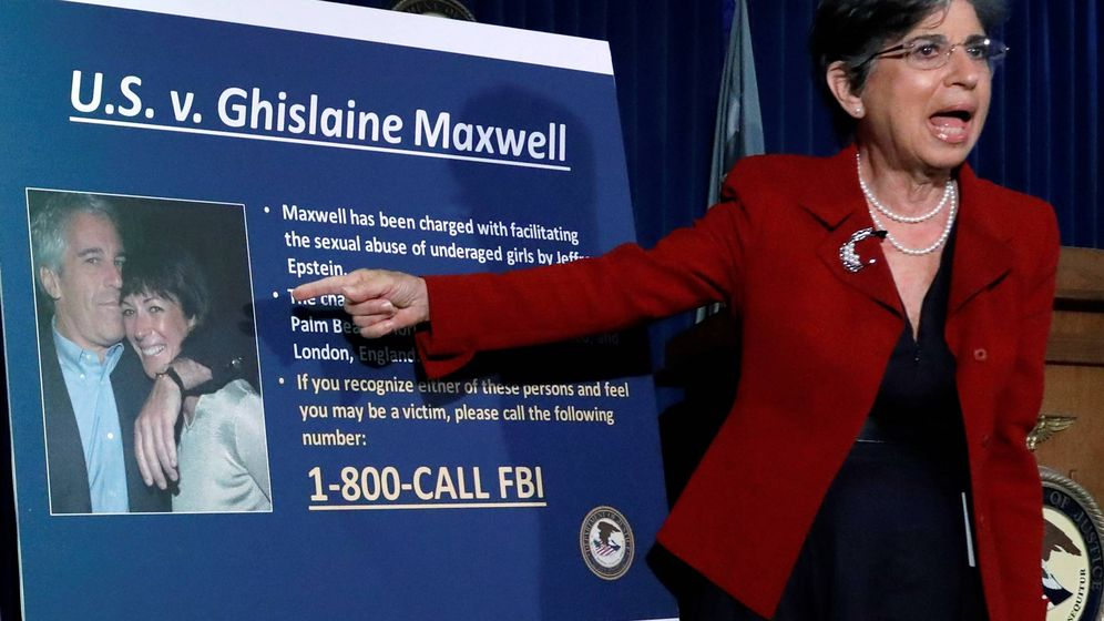 Foto: La fiscal Audrey Strauss, frente a una foto de Epstein y Maxwell. (EFE)