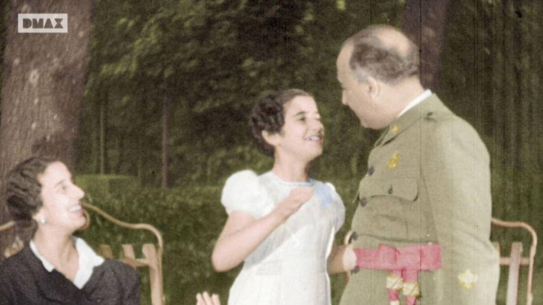 Carmen Franco, junto a sus padres, siempre sonriente.
