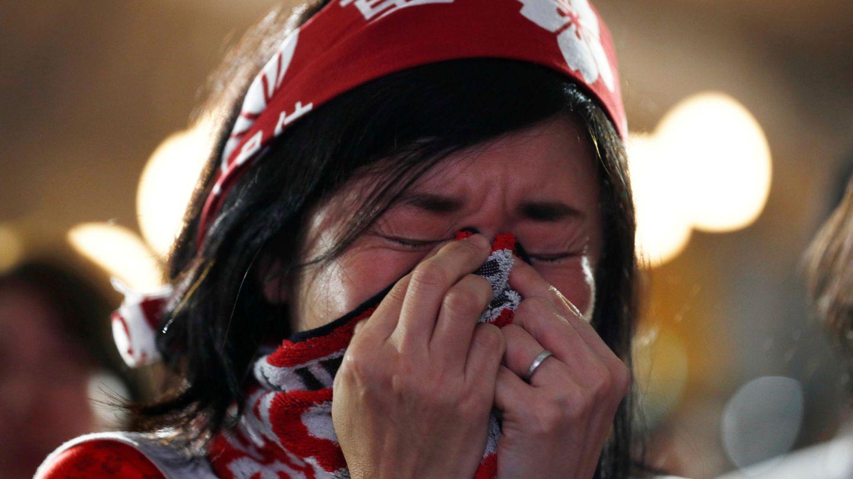 Una seguidora japonesa llora desconsoladamente tras la eliminación de su Selección. (Reuters)