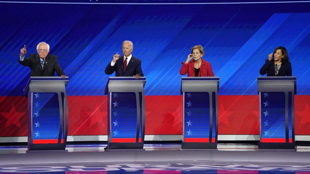 Foto: Bernie Sanders, Joe Biden, Elizabeth Warren y Kamala Harris en un debate televisado en la carrera electoral demócrata. (Reuters)