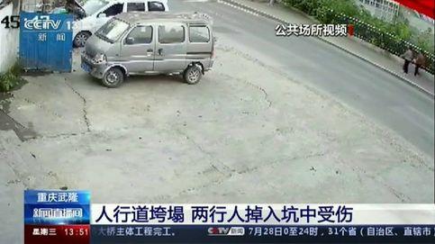 Un impresionante socavón en plena calle engulle a dos viandantes en la ciudad china de Chongqing