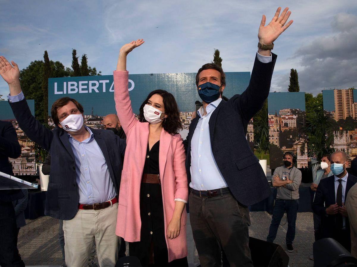 Foto: José Luis Martínez-Almeida (i), Isabel Díaz Ayuso y Pablo Casado durante un acto del PP en Móstoles, Madrid. (Getty)