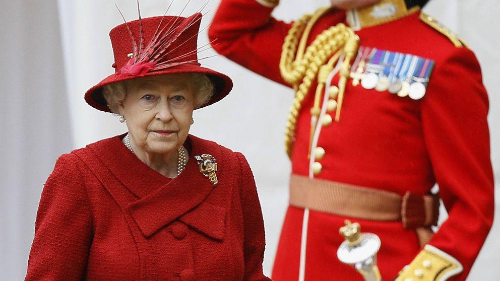 Isabel II por poco recibe un disparo de uno de sus guardias en Buckingham