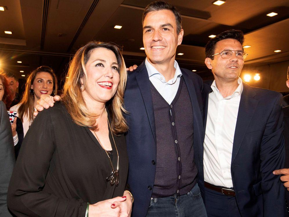 Foto: Pedro Sánchez, con la expresidenta de la Junta, Susana Díaz, y el alcalde de Granada, Paco Cuenca, este lunes en la ciudad andaluza. (EFE)
