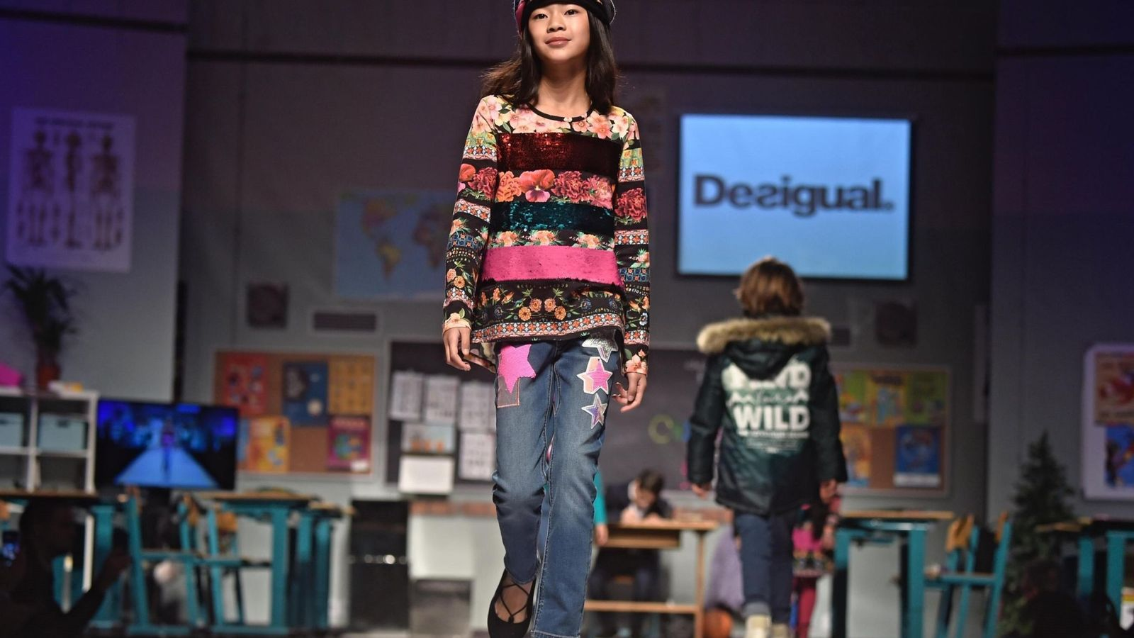 Foto: Una modelo presenta una de las creaciones de la marca española Desigual en un desfile. (EFE)