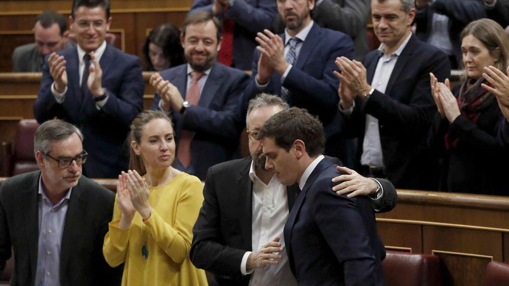 Foto: Los escaños de Ciudadanos, aplauden al líder de su partido, Albert Rivera, en un pleno. (EFE)