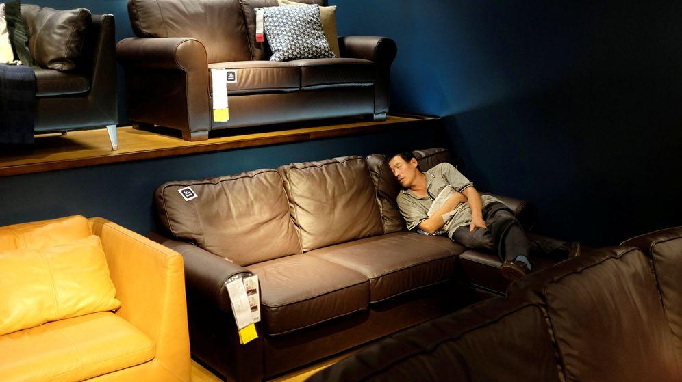 Foto: Un cliente, durmiendo en un sofá de Ikea en China (Reuters)