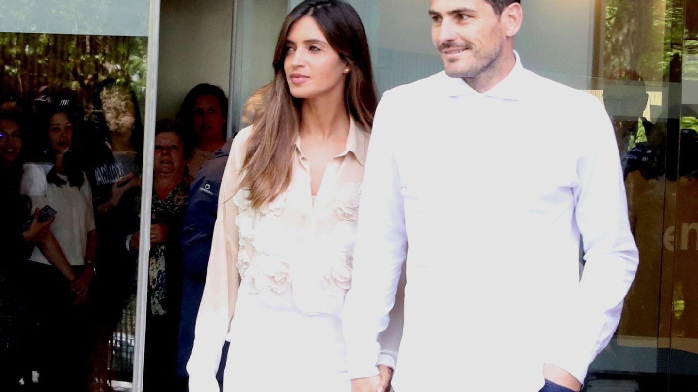 Con Sara Carbonero, el 6 de mayo del año pasado cuando recibió el alta. (EFE)