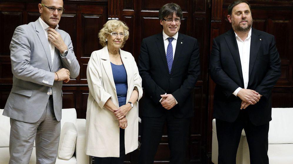 Foto: La alcaldesa de Madrid, Manuela Carmena, con el presidente de la Generalitat Carles Puigdemont, en el último encuentro en Cibeles. (EFE)