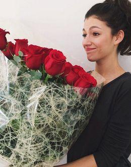 Foto: Úrsula Corberó con su ramo de rosas (Instagram)