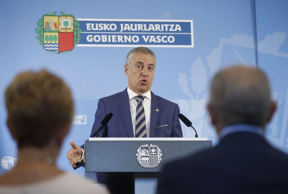 Foto: El lendakari, Iñigo Urkullu, en una comparecencia, con el escudo oficial del País Vasco a sus espaldas. (EFE)