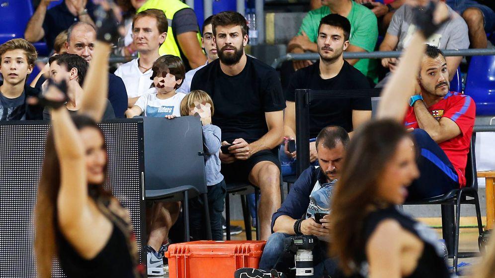 Foto: Piqué, con Milan y Shasha, en un partido de baloncesto. (Gtres)