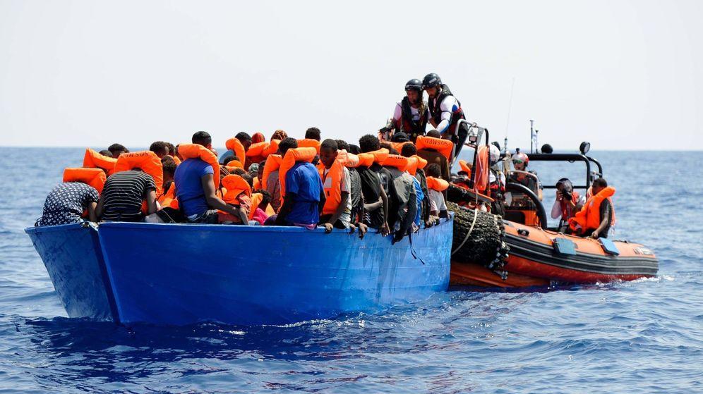 Foto: Varios inmigrantes siendo rescatados antes de ser llevados abordo del barco de rescate Aquarius en el Mediterráneo. (EFE)