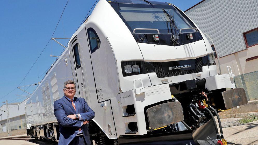 Foto: El presidente de Stadler Valencia, Íñigo Parra, con una de las locomotoras de la planta valenciana. (EFE)