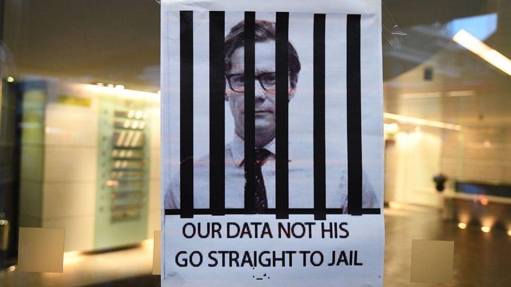 Foto: Cartel pidiendo el encarcelamiento de Alexander Nix, consejero delegado de Cambridge Analytica, en su sede de Londres, el 20 de marzo de 2018. (EFE)