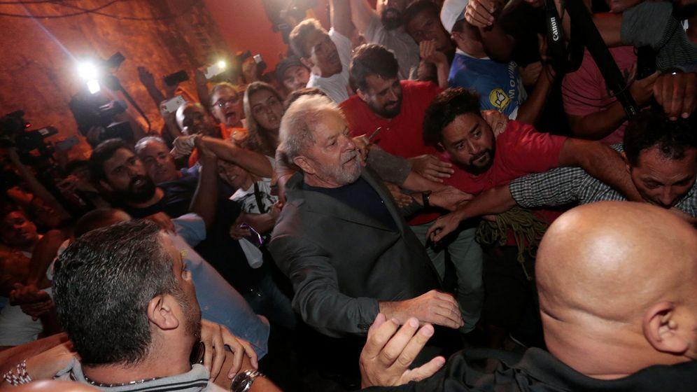Foto: El expresidente Luiz Inacio Lula da Silva, en el momento de entregarse a la policía en Sao Bernardo do Campo. (Reuters)