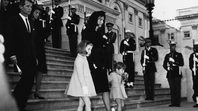 Jackie Kennedy, con sus hijos Caroline y John John, en el funeral de JFK. (Getty)