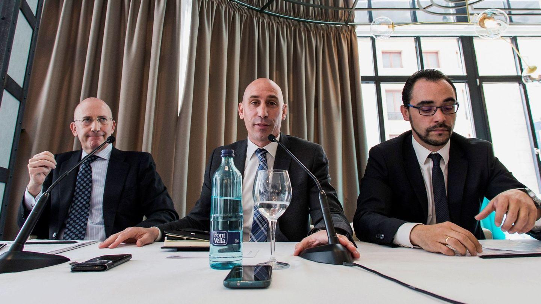 Luis Rubiales, con Tomás González Cueto a su derecha. (EFE)