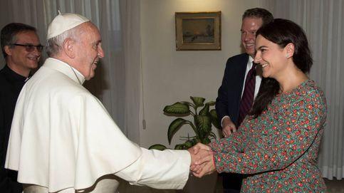 Dimiten los portavoces del Papa, la española García Ovejero y el estadounidense Burke