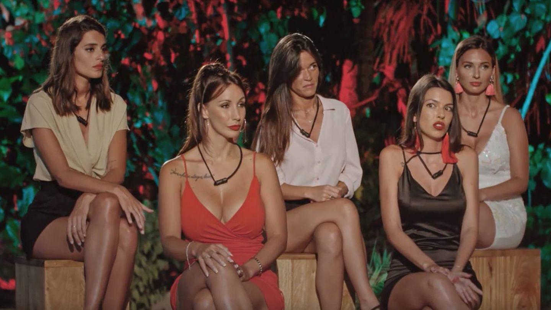 Las chicas en la ceremonia de la hoguera en 'La isla de las tentaciones'. (Captura de Mediaset)