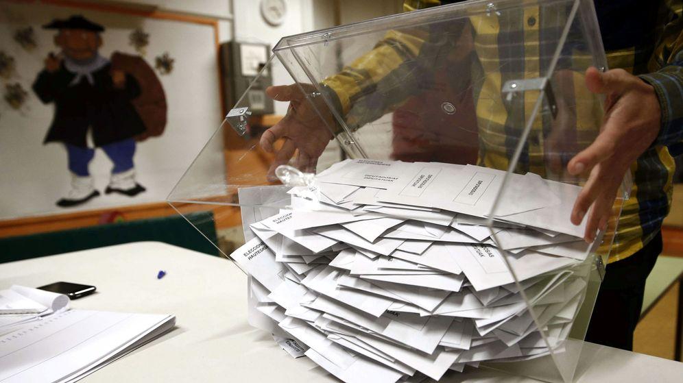Foto: El presidente de una mesa electoral deposita los votos de la urna sobre una mesa el pasado 20 de diciembre. (Efe)