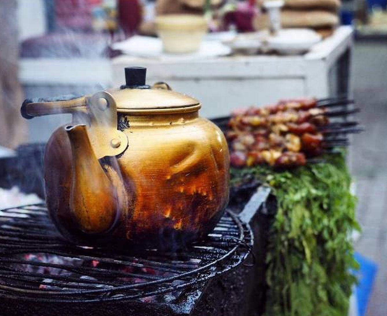 Foto: Placer callejero: un humeante té de hierbabuena y un pincho moruno
