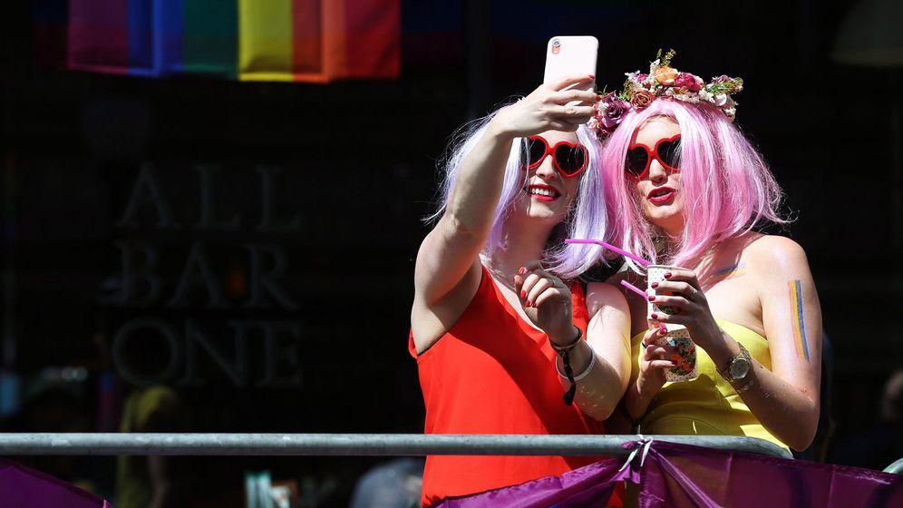 Foto: Selfie en el reciente Orgullo Gay de Londres. EFE)