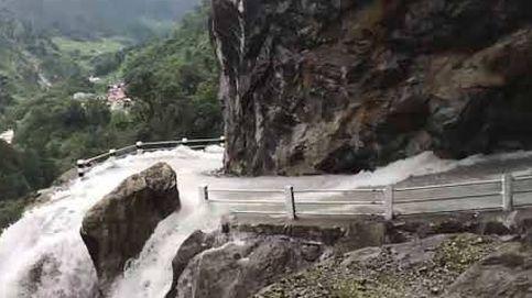 Una espectacular catarata anega una carretera en Nepal