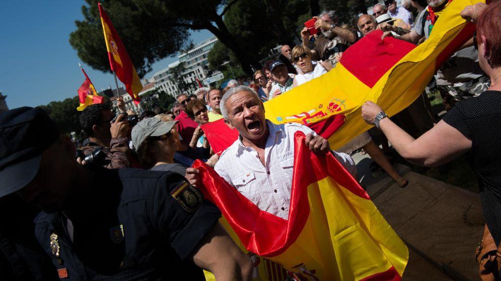 Trogloditas ante la sede del PSOE