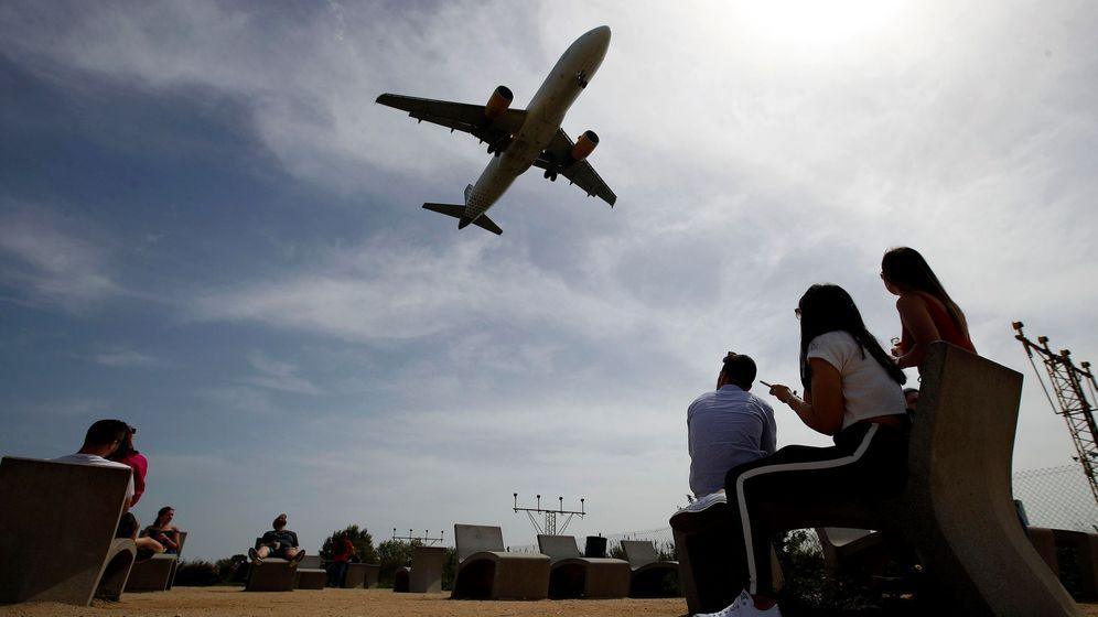 Foto: Un avión de Vueling se dispone a aterrizar en el Aeropuerto de Barcelona-El Prat. (EFE)