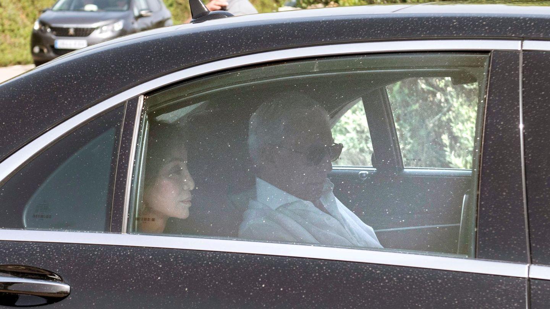 Vargas Llosa e Isabel Preysler, a su llegada a la finca privada donde se celebró la boda. (EFE)