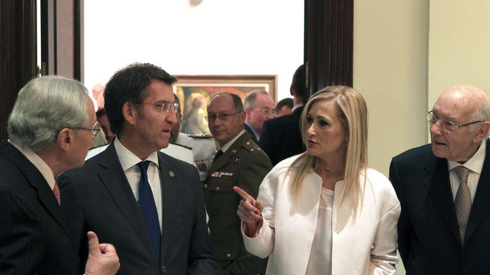 Foto: Fotografía de archivo del presidente de la Xunta, Alberto Núñez Feijóo (2i), y la presidenta de la Comunidad de Madrid, Cristina Cifuentes. (EFE)