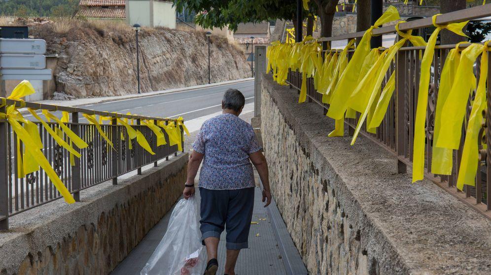 Foto: Una mujer camina rodeada de lazos amarillos en Vandellós (Tarragona). (D.B.)