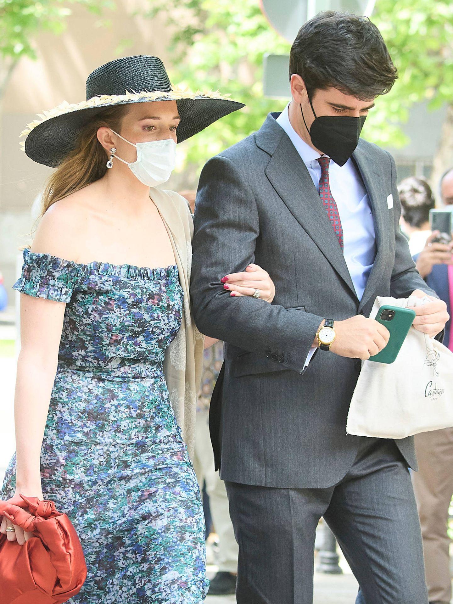 Inés Pérez-Pla, íntima amiga de la novia, y su futuro marido en la boda de los condes de Osorno. (LP)